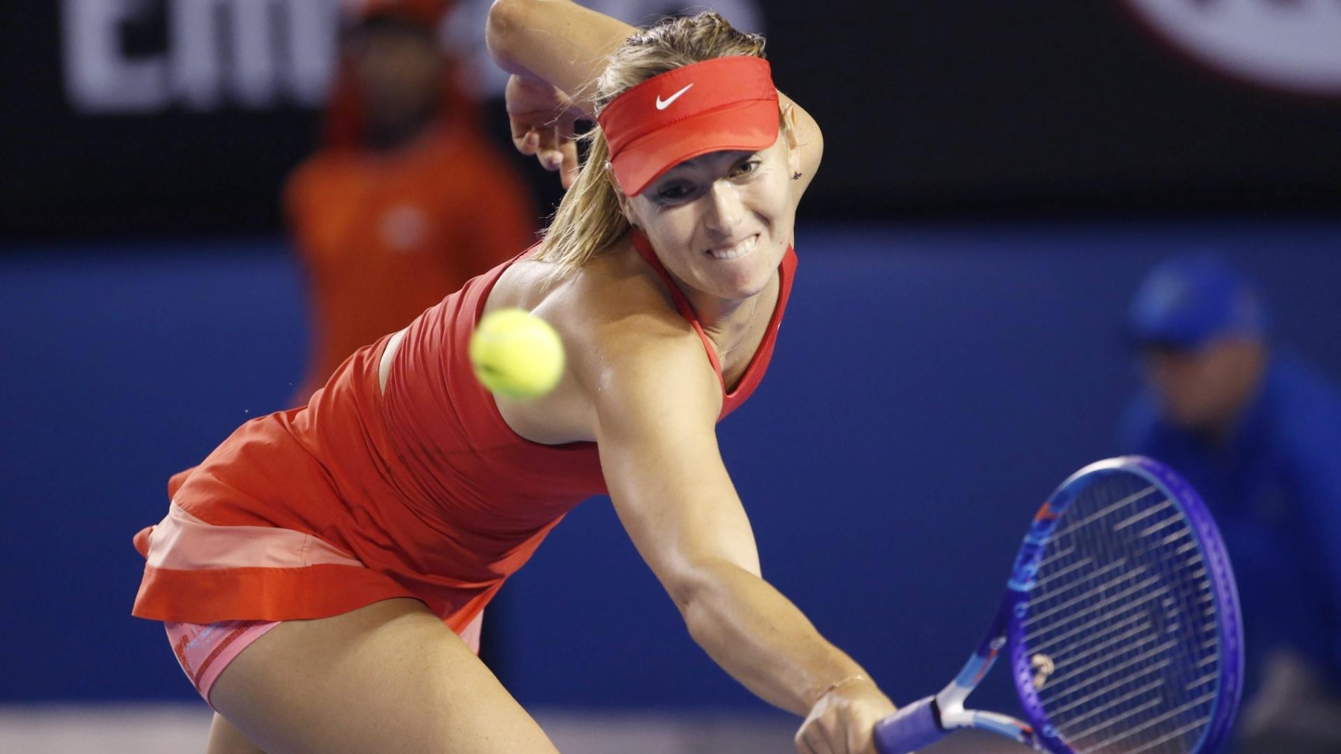 Sharapova faz malabarismo para devolver saque de Serena