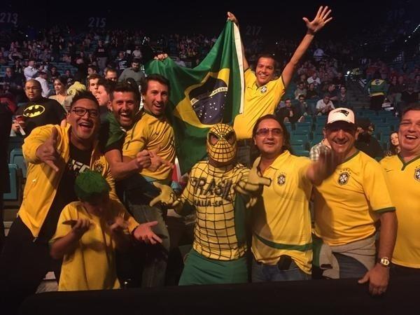 Torcida brasileira, com direito a fantasia de Homem-Aranha, comparece em peso ao UFC 183