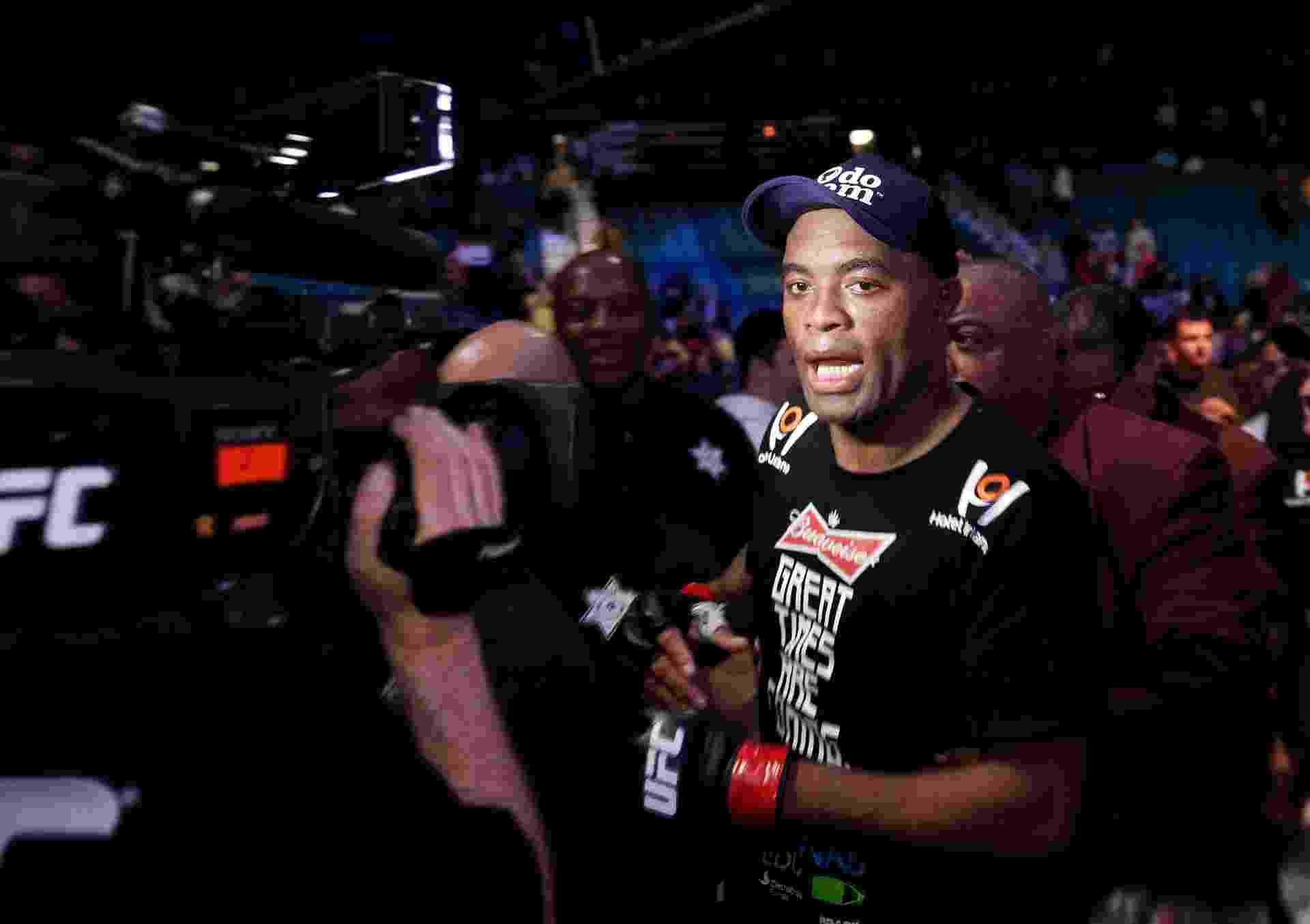 Anderson Silva comemora após vencer Nick Diaz na luta principal do UFC 183 em Las Vegas (EUA) - Steve Marcus/Getty Images/AFP