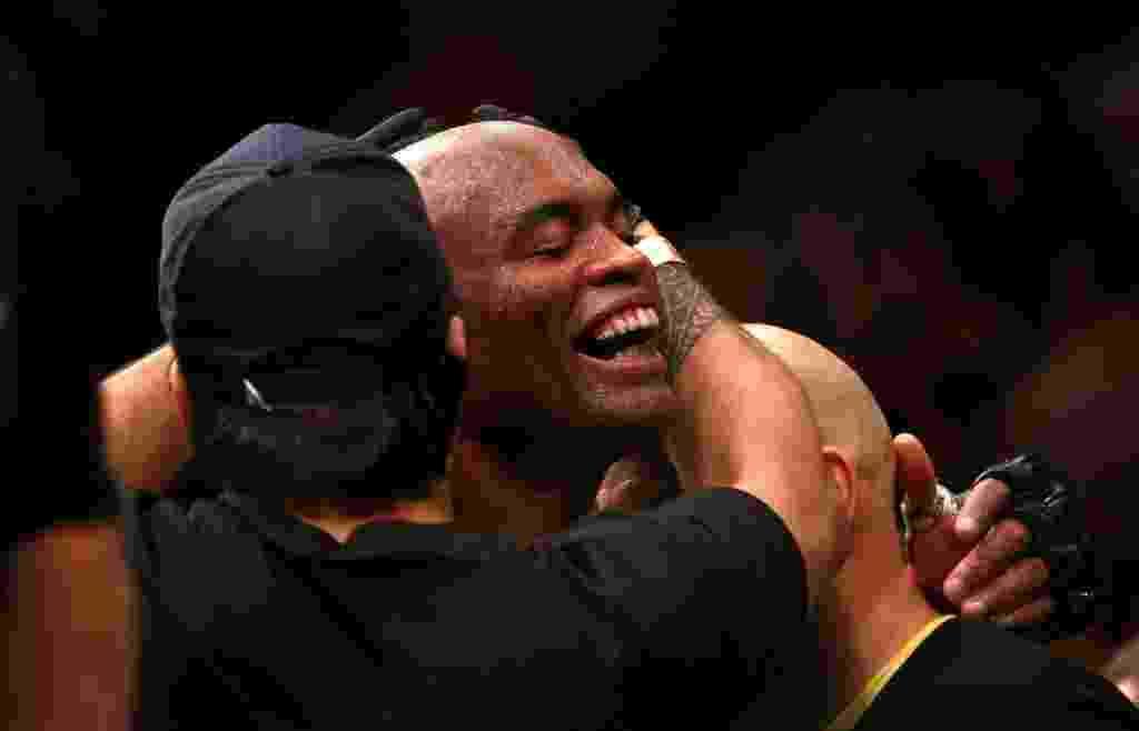 Anderson Silva comemora após vencer Nick Diaz no UFC 183, em seu retorno ao MMA após grave lesão - Steve Marcus/Getty Images/AFP