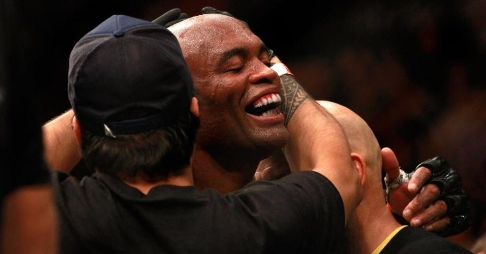 Anderson Silva comemora após vencer Nick Diaz no UFC 183, em seu retorno ao MMA após grave lesão