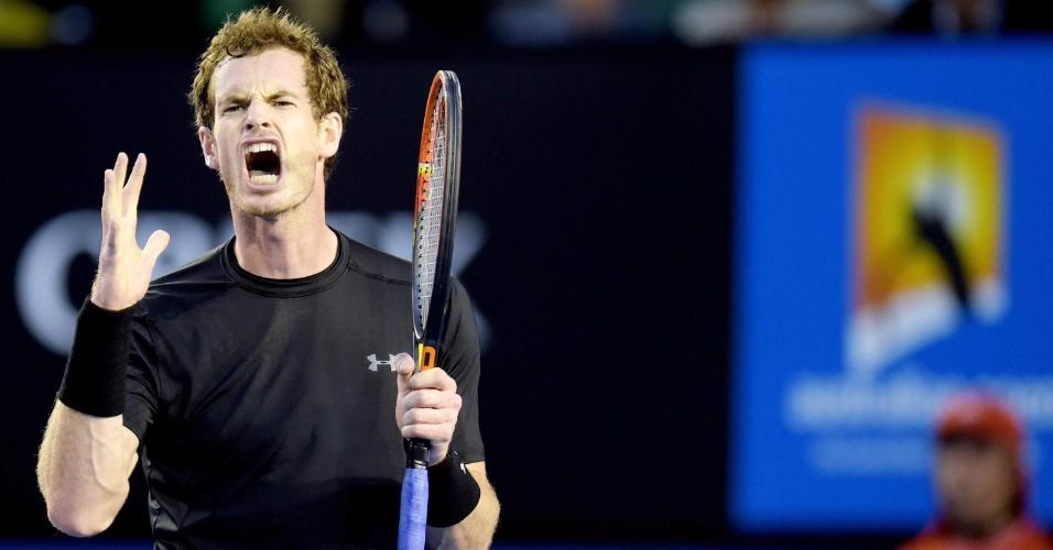Andy Murray se lamenta durante jogada no primeiro set