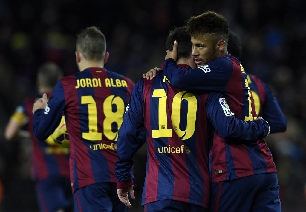 Autor do gol de empate do Barcelona, Neymar abraça Messi