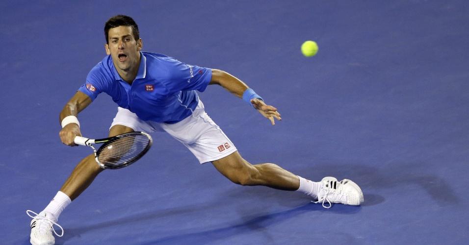 Djokovic faz malabarismo para devolver bola de Andy Murray