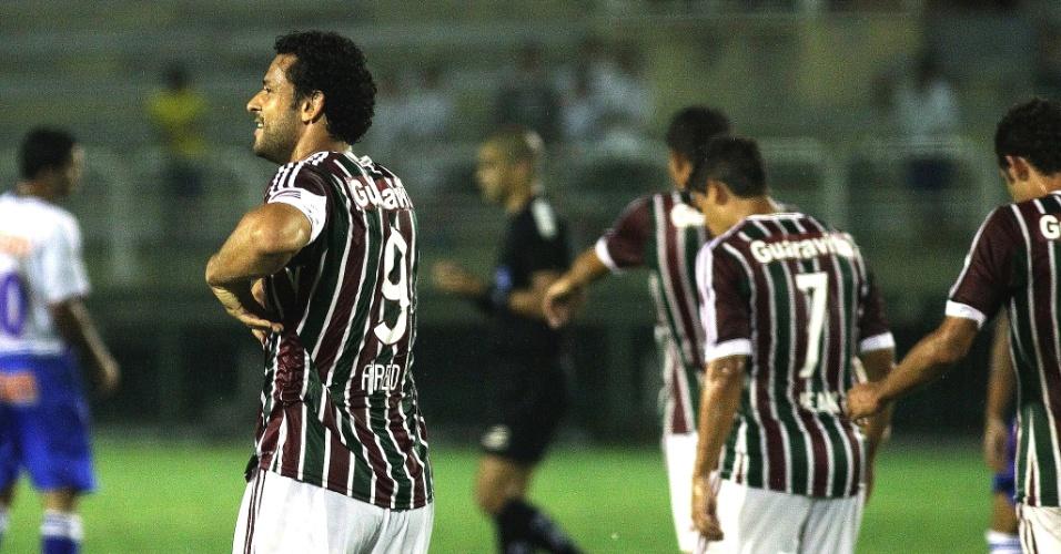 fred vibra com a torcida do Fluminense após marcar diante da Friburguense