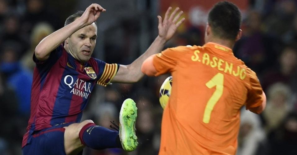 Iniesta entra com a sola da chuteira em bola dividida com o goleiro do Villarreal