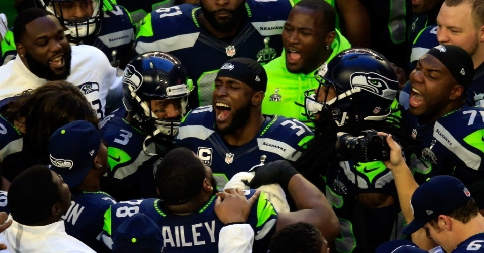 Kam Chancellor (centro) motiva os companheiros do Seattle Seahawks antes do início do Super Bowl 49, contra o New England Patriots