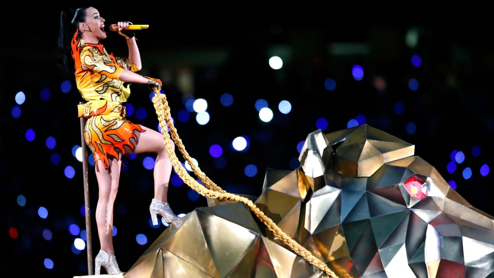 Katy Perry abre o show do intervalo do Super Bowl em cima de um tigre gigante, cantando sua canção Roar