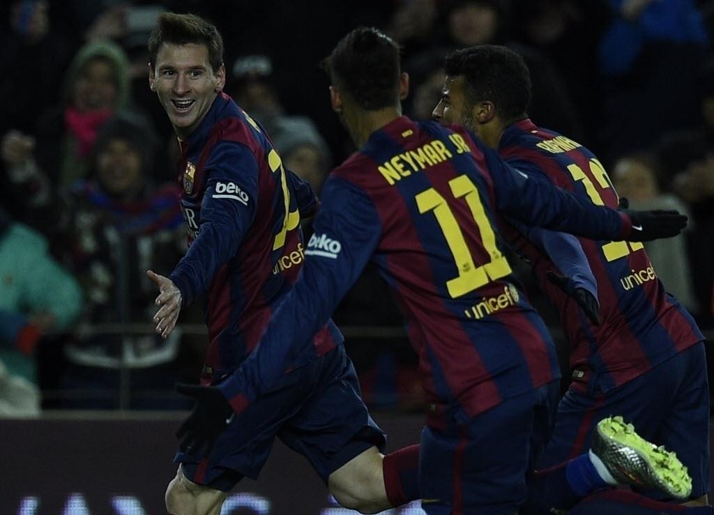 Messi comemora com brasileiros Neymar e Rafinha depois de fazer o 3º do Barcelona