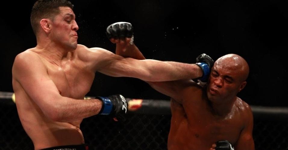 Nick Diaz acerta golpe na cabeça de Anderson Silva, durante luta principal do UFC 183; brasileiro venceu por decisão unânime dos juízes