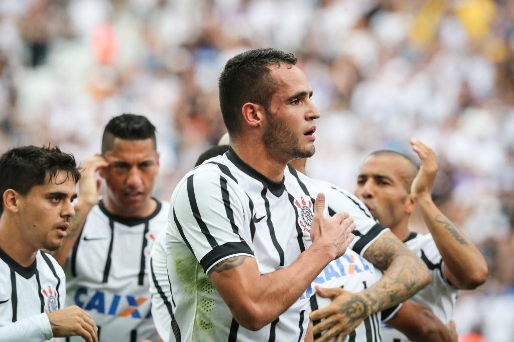 Renato Augusto comemora seu gol batendo no escudo do Corinthians