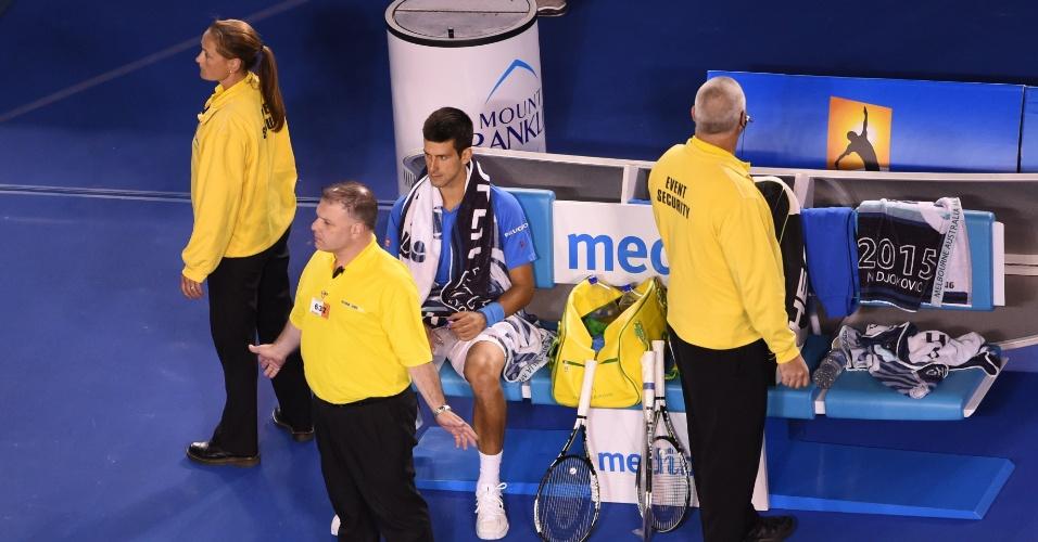 Seguranças protegem Novak Djokovic durante a invasão de quadra