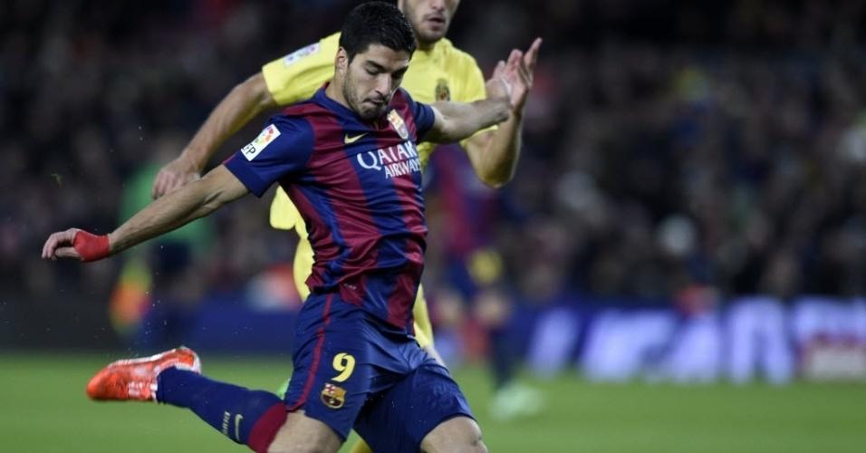 Suárez finaliza no gol do Villarreal. Uruguaio teve as melhores chances do Barça no 1º tempo.