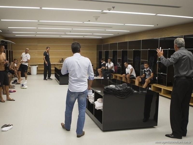 Tite faz preleção no vestiário do Corinthians antes da estreia do time no Campeonato Paulista