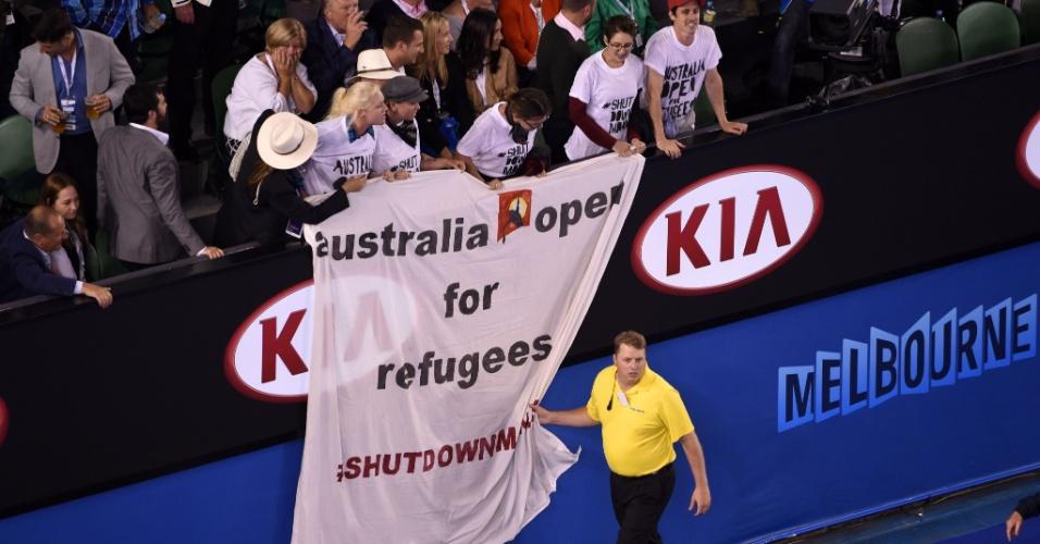 Torcedores abrem faixa de protesto durante a final do Aberto da Austrália
