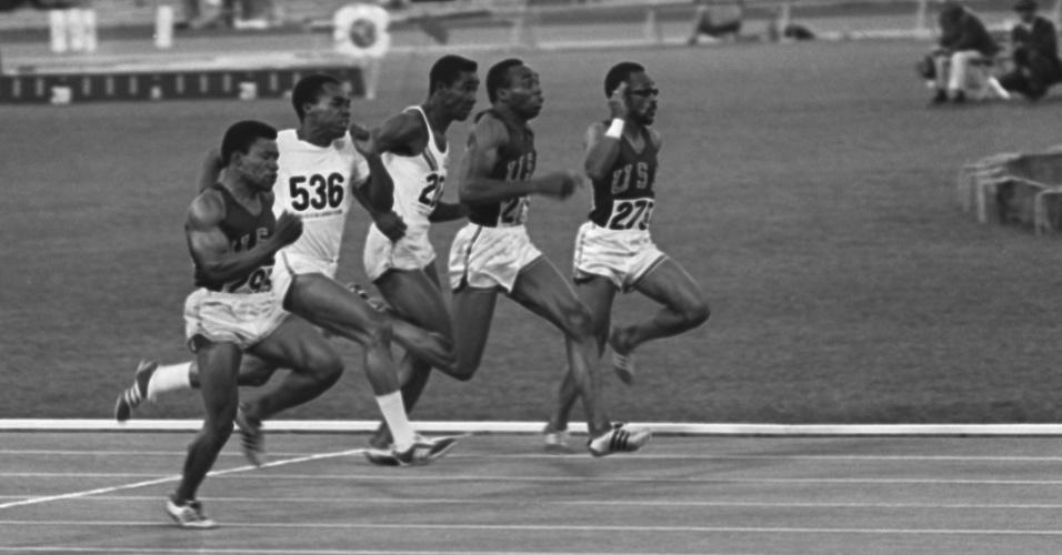 Jim Hines (raia 3) na final olímpica dos 100 m rasos de 1968, no México