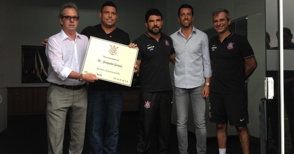 Joaquim Grava, antigo médico do Corinthians, entrega placa a Ronaldo, ao lado de Bruno Mazziotti, Edu Gaspar e Fábio Mahseredjian