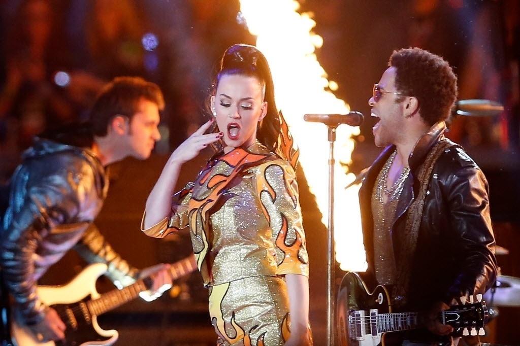Katy Perry canta um de seus maiores sucessos, I Kissed A Girl, ao lado de Lenny Kravitz e um cenário cheio de labaredas