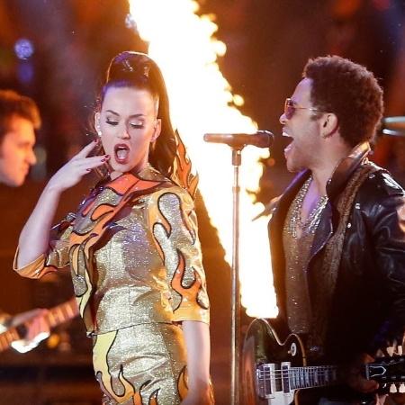 """Katy Perry canta um de seus maiores sucessos, """"I Kissed A Girl"""", ao lado de Lenny Kravitz  - Christian Petersen/Getty Images/AFP"""