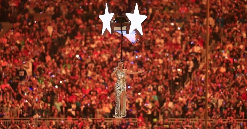 Katy Perry sobrevoa o estádio de Glendale, no Arizona, cantando sua canção Firework durante o show do intervalo do Super Bowl 49