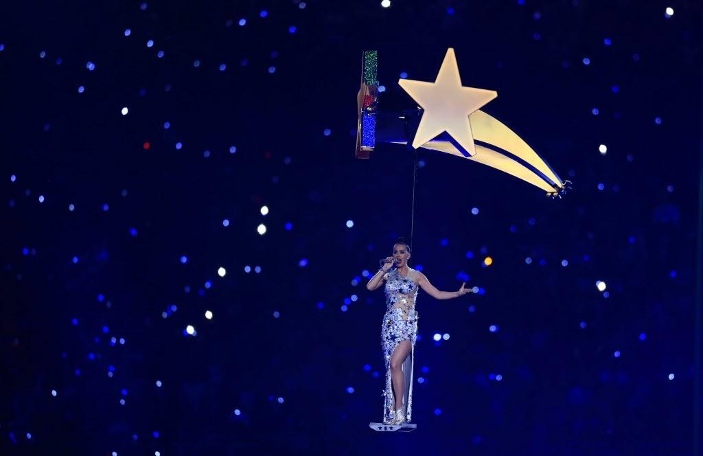 Katy Perry sobrevoa o estádio de Glendale, no Arizona, cantando sua canção Firework durante show do intervalo do Super Bowl 49