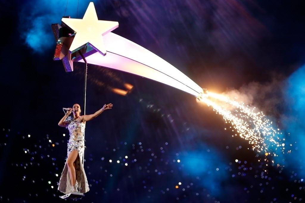 Katy Perry sobrevoa o estádio de Glendale, no Arizona, cantando Firework durante show do intervalo do Super Bowl 49