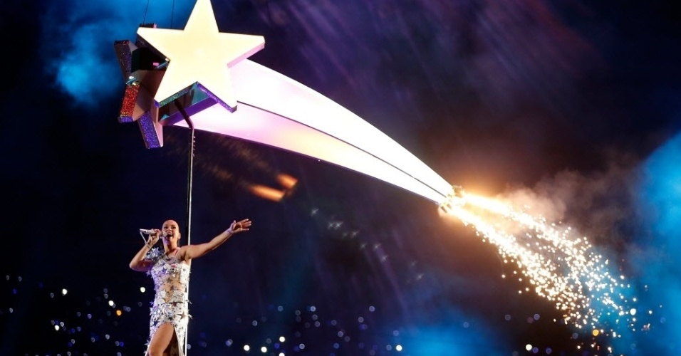 Katy Perry sobrevoa o estádio de Glendale, no Arizona, cantando Firework durante show do intervalo do Super Bowl 49