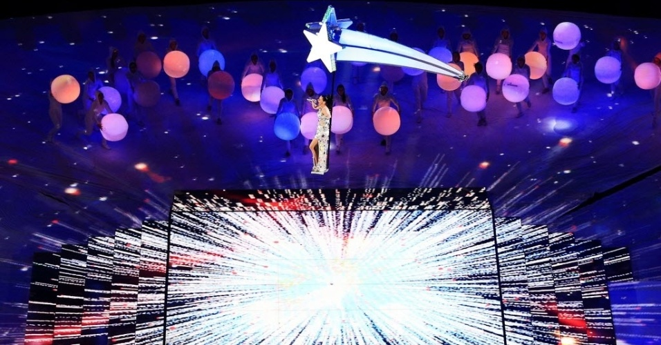 Katy Perry sobrevoa o palco de seu show no intervalo do Super Bowl 49