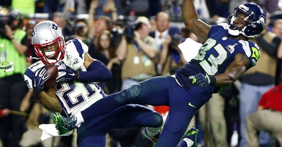 Malcom Butler (esq.), strong safety do New England Patriots, faz a jogada que definiu a partida, interceptando o passe de Russell Wilson que deveria ter sido recebido por Ricardo Lockette, wide receiver do Seattle Seahawks