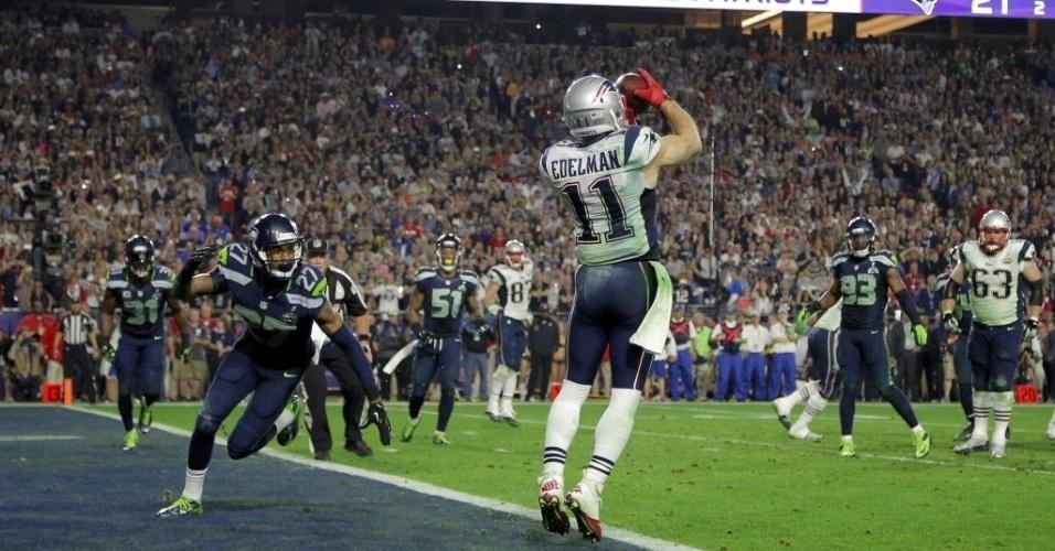 Wide receiver do New England Patriots, Julian Edelman salta para fazer recepção e marcar touchdown para o time