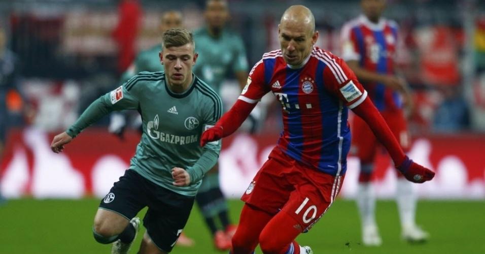 Arjen Robben conduz bola pelo Bayern de Munique no jogo contra o Schalke 04 pela 19 ª rodada do Alemão