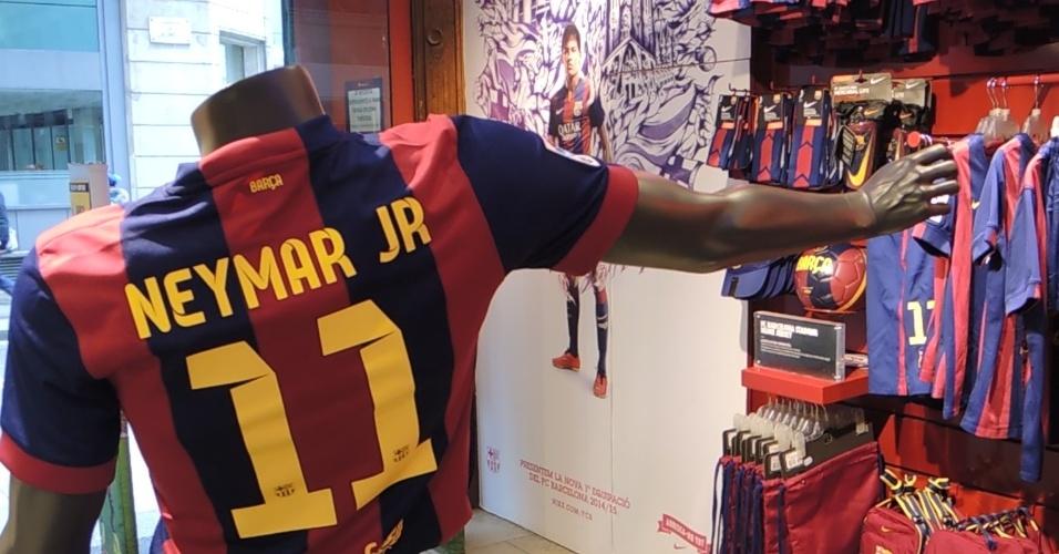 b4f9d0186 Fotos  Os produtos de Neymar nas lojas em Barcelona - 03 02 2015 ...