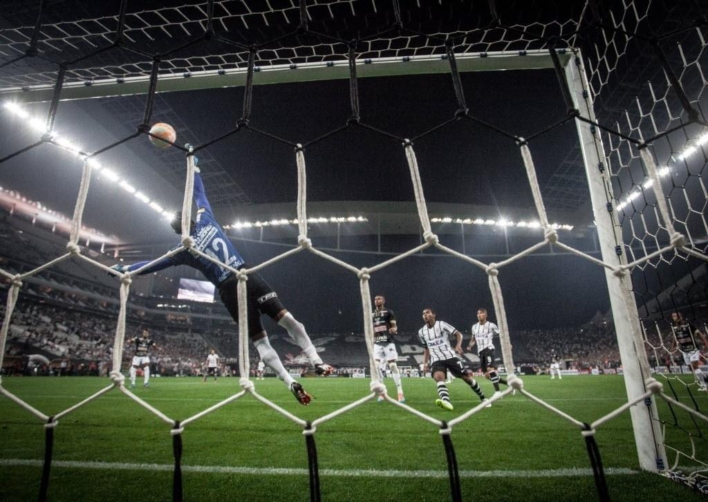 Cuadrado se estica para tentar evitar o gol de Emerson Sheik no jogo entre Corinthians e Once Caldas
