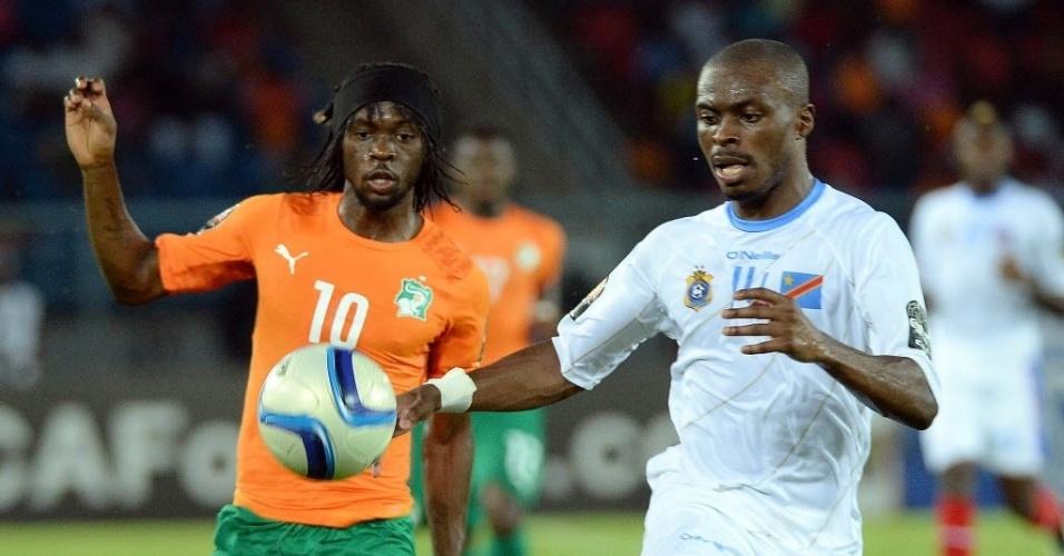 Gervinho (laranja), da Costa do Marfim, e Zakuani, da República Democrática do Congo, disputam bola pela Copa Africana