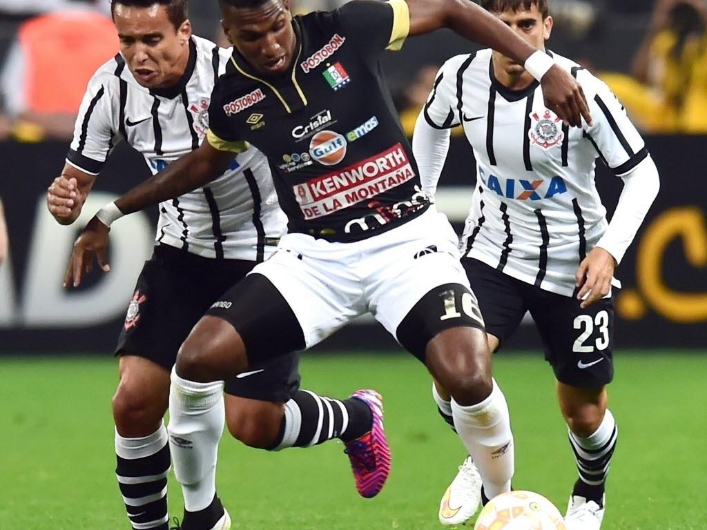 Jadson tenta roubar a bola de Arango na partida entre Corinthians e Once Caldas