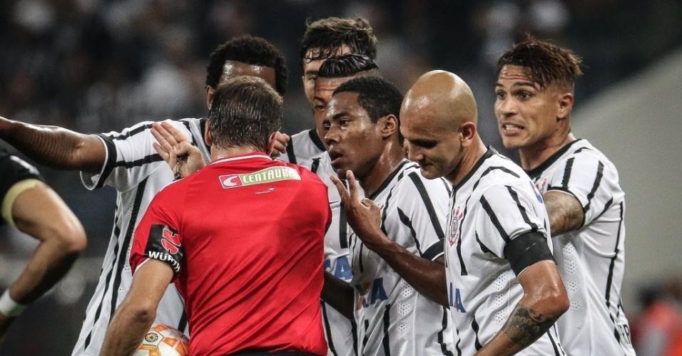 Jogadores do Corinthians reclamam após expulsão de Guerrero contra o Once Caldas