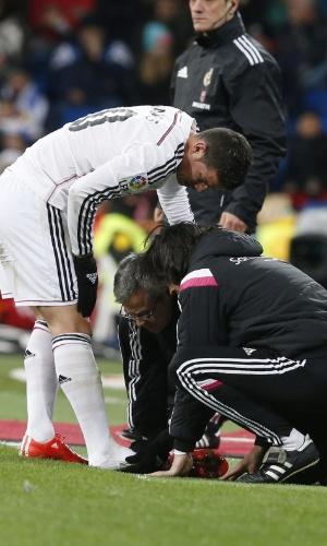 Médicos do Real Madrid avaliam o pé direito de James Rodriguez, meia que quebrou o dedinho durante o jogo contra o Sevilla, pelo Campeonato Espanhol