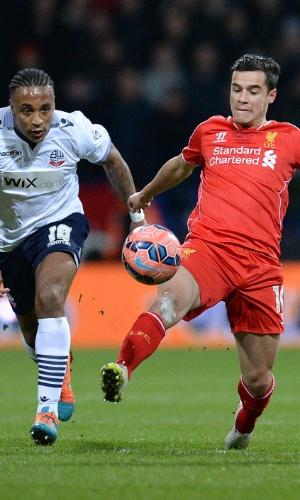 Philippe Coutinho, do Liverpool, disputa bola com Neil Danns, do Bolton
