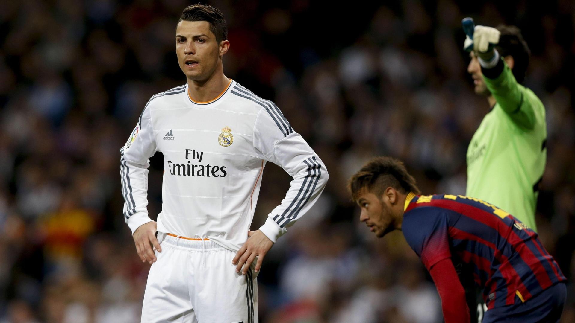 Cristiano Ronaldo e Neymar descansam durante um clássico entre Real Madrid e Barcelona, pelo Campeonato Espanhol