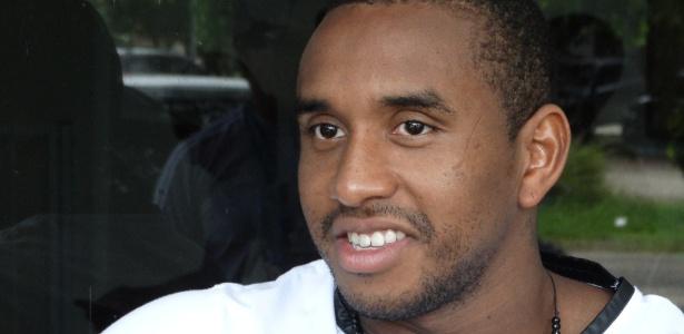Anderson puxa a fila de grupo que agora treina longe do estádio Beira-Rio