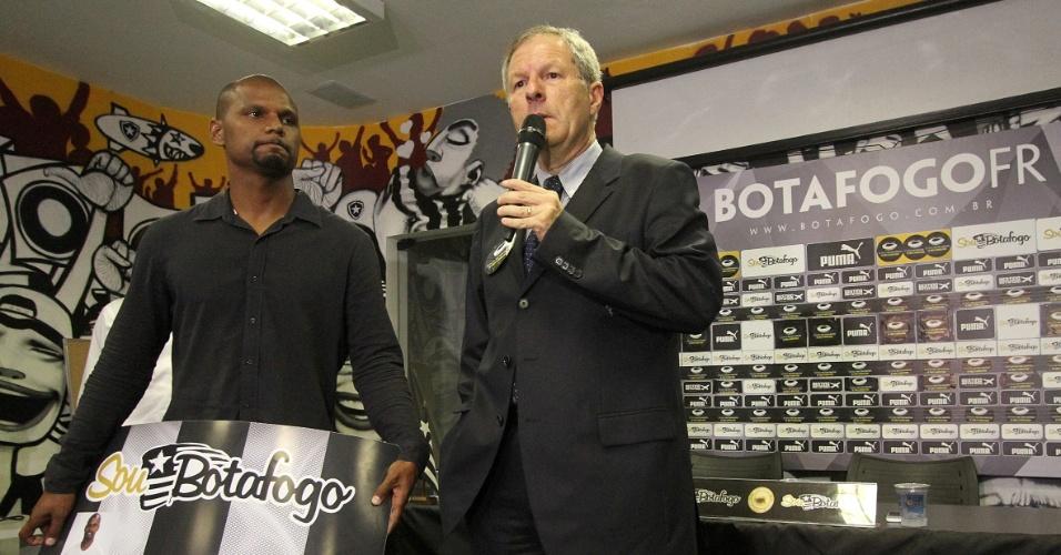 6 fev. 2015 - Presidente do Botafogo Carlos Eduardo Pereira fala sobre programa de sócio torcedor do clube ao lado de Jefferson