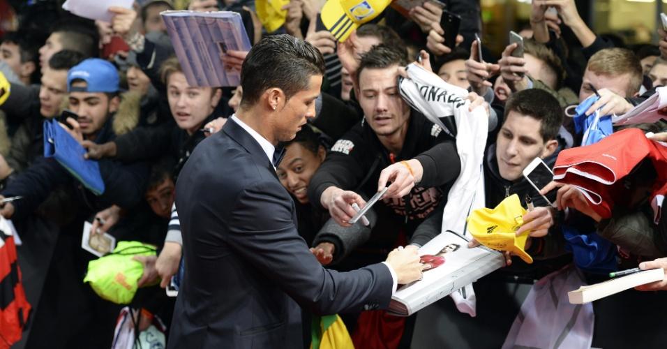 Cristiano Ronaldo atende a fãs antes do evento da Bola de Ouro da Fifa