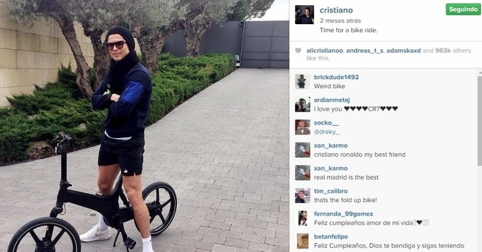 Cristiano Ronaldo mostra estilo em bicicleta