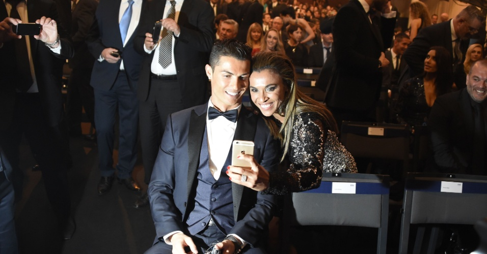 Cristiano Ronaldo sorri ao lado de Marta