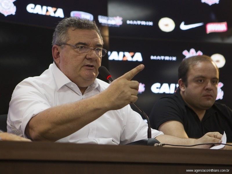 Mário Gobbi, presidente do Corinthians, concede entrevista coletiva exaltado no CT Joaquim Grava