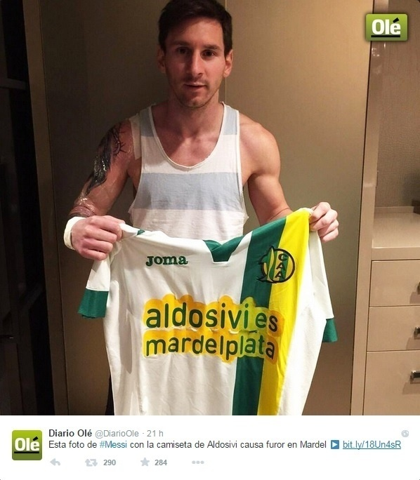 Messi posa mostrando nova tatuagem