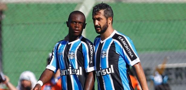Lincoln (e) é uma das principais promessas da base do Grêmio e alvo do Santos
