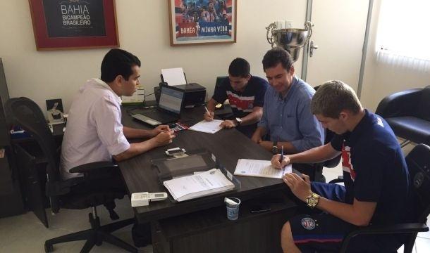 Presidente Marcelo Sant'Ana renova contrato com promessas da base tricolor
