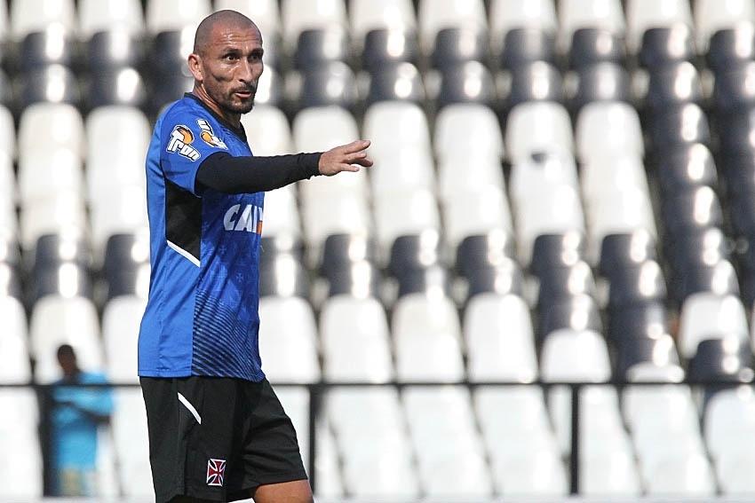 10 fev. 2015 - Guiñazu gesticula durante treinamento do Vasco, realizado em São Januário