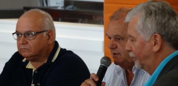 Bolzan (esquerda) e Piffero (centro), presidentes de Grêmio e Inter, participaram de reunião com FGF